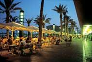Sprachreise Barcelona: Lernan an der Promenade am Hafen